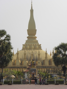 That Luang with King Setthathirath statue in front